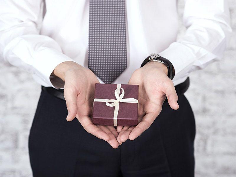 Czego nie wypada kupić koledze lub koleżance z pracy? Czym kierować się przy wyborze prezentu dla współpracowników?