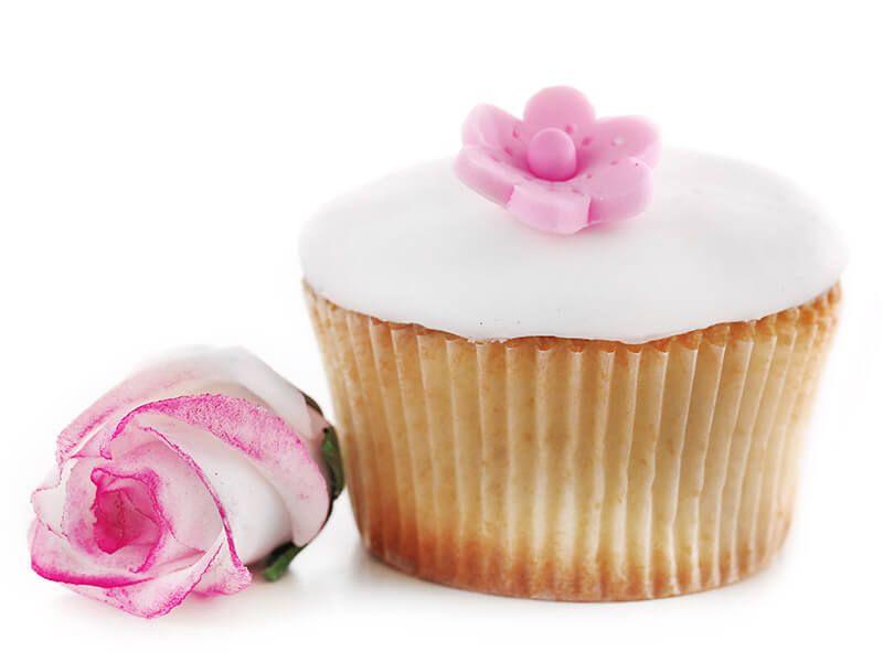 Prezent niespodzianka dla dziewczyny z dostawą pod jej drzwi – voucher na słodki gift box i bukiet kwiatów dla wyjątkowej kobiety